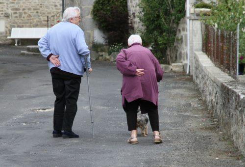 Coppia di persone anziane