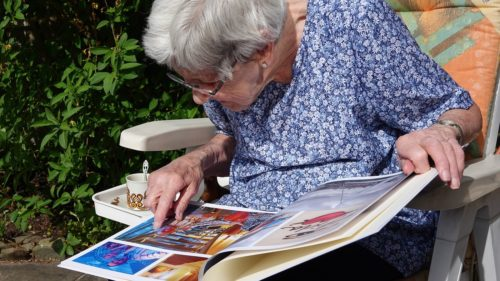 Anziana che sfoglia un album di foto