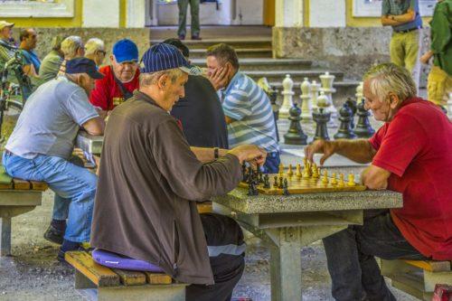Anziani giocano a scacchi