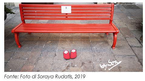 """""""La panchina delle pantofole rosse"""": per non dimenticare che la violenza di genere non ha età."""